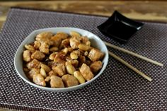 Pollo alle mandorle: impara a realizzare questo gustoso piatto cinese in casa secondo la ricetta tradizionale con l'utilizzo di semplici ingredienti.