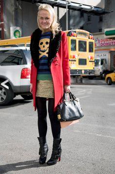 O tudo junto e misturado de hoje tá bem misturado mesmo. Malha listrada azul, preta e verde com caveira amarela, saia com brocado dourada e casaco vermelho. Ela foi corajosa hein… Foto: Reprodução