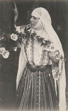 Regina Maria a României în costum popular - Queen Marie of Romania dressed in traditional costume Romanian Royal Family, Peles Castle, Little Paris, Princess Alexandra, Queen Mary, Kaiser, Folk Costume, My Heritage, Queen Victoria
