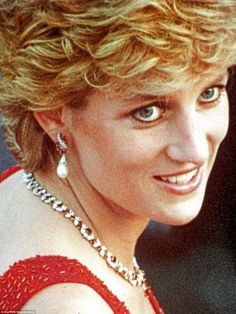 Diana draped herself in rubies as she visited Vienna during The piece was a late addition to her collection and possible given to her by an admirer Princess Diana Jewelry, Princess Diana Fashion, Lady Diana Spencer, Princesa Diana, Isabel Ii, British Royal Families, Thing 1, Royal Jewels, Princess Of Wales