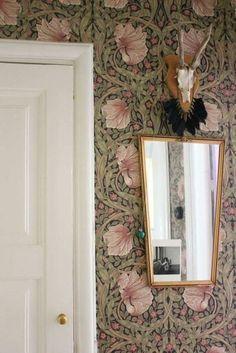 The modernity of the wallpapers of William Morris - Home Design & Interior Ideas William Morris Wallpaper, Morris Wallpapers, William Morris Tapet, Of Wallpaper, Beautiful Wallpaper, Wallpaper Ideas, Wall Treatments, Interior Inspiration, Interior And Exterior