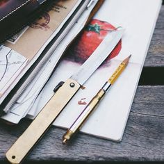 Nice pencils should be sharpened by knife, so they say. Plugging old pencil to brass pen. #travelersnotebook #travelersnote #brasspen #stationery #stationeryporn #stationeryaddict #stationerylove #knife #notebook #tomato