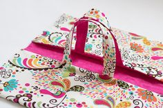 Why not changing your roomy plastic Pie carrier, by this lovely fabric one! It's so cute, and when you don't need it, just fold it!