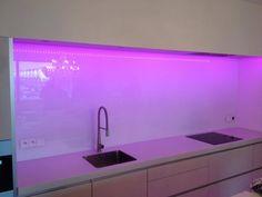 Heel gaaf! Roze led verlichting glazen keuken achterwand!