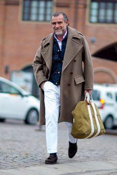 ライトブラウンダブルボタンコート×Gジャン×白シャツ×白パンツ×ブラウンスエードタッセルローファー | メンズファッションスナップ フリーク | 着こなしNo:191902