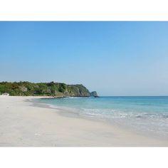 """Kadang"" ombak datang kencang menghantam, ""kadang"" sunyi datang menenangkan jiwa raga.  Begitulah kondisi ombak dipantai ini.  Loc: Sangiang Island - Banten . #sangiang #sangiangisland #indtravel #wonderfulindonesia #pesonaindonesia #indotravellers #indonesiakece #indonesiakaya #indonesiamerdeka #exploreindonesia #explorebanten #infoserang #visitbanten #bantenbanget #infographic #photography #beach #holiday"