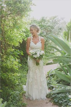 Organic bare foot bohemian wedding. Captured by: Day 7 Photography #weddingchicks http://www.weddingchicks.com/2014/08/12/bare-feet-boho-wedding/
