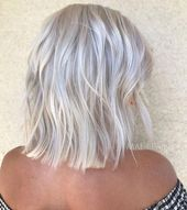 70 Devastatingly Cool Haircuts for Thin Hair Gray and Platinum Bob with Chopped Ends Cool Short Hairstyles, Haircuts For Fine Hair, Trending Hairstyles, Cool Haircuts, Bob Hairstyles, Retro Hairstyles, Braided Hairstyles, Bobs Rubios, Short Hair Back View