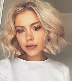 New Bob Haircut Blunt Bob Hairstyle has its own unique and unique elegant style It makes hair look fuller and voluminous. French bob hair with bangs. Bob Haircuts 2017, Blunt Bob Hairstyles, Hairstyles With Bangs, Cool Hairstyles, Haircut 2017, Haircut Bob, Curly Haircuts, Natural Hairstyles, Long Blunt Bob