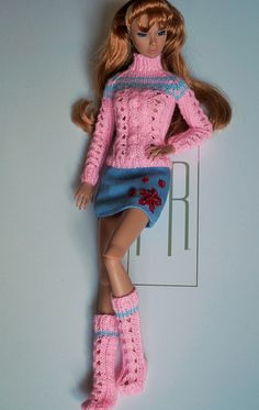 I love this sweater and matching boots Crochet Doll Dress, Crochet Barbie Clothes, Knitted Dolls, Barbie Knitting Patterns, Barbie Clothes Patterns, Clothing Patterns, Barbie E Ken, Barbie Dress, Barbie Doll