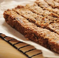 Granola bars are a great alternative snack to cookies, cupcakes, and candy. Here& a great recipe for gluten-free granola bars. Healthy Protein Bars, Peanut Butter Protein Bars, Protein Bar Recipes, Protein Power, Whey Protein, Protein Nutrition, Nutrition Bars, Chocolate Nutrition, Snacks