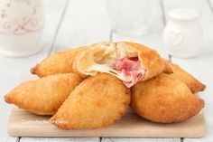 Divini questi panzerotti 5 minuti, si impastano ve Appetizer Recipes, Snack Recipes, Cooking Recipes, Focaccia Pizza, Italian Street Food, Snacks Für Party, Appetisers, I Love Food, Biscuits
