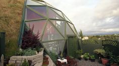 21 Amazing Off-the-Grid Houses - Geodesic dome house - Geothermal Energy Earthship, Geodesic Dome Homes, Off Grid House, Geothermal Energy, Living Roofs, Dome House, Earth Homes, Eco Friendly House, Sustainable Design