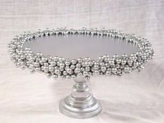 Silver pearl cake stand, would be nice with candles. Silver Cake Stand, Diy Your Wedding, Pearl Cake, Cake And Cupcake Stand, Wedding Cake Stands, Blog Deco, Cake Plates, Jewelry Organization, Diy Party