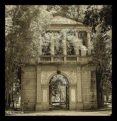 Portal trazido, ao Jardim Botânico do Rio de janeiro, da demolição do prédio da Academia de Belas Artes, em 1938. Criação do arquiteto francês Grandjean de Montigny.