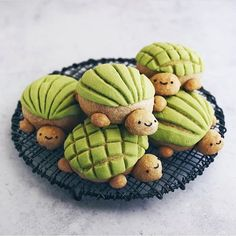 Tuesdays be like turtles with all smiles! Look at these conchachas 😍 Matcha conchas delicious 🤤 Yum! Came out perfect Made with love by Cute Desserts, No Bake Desserts, Food 52, Diy Food, Taehyung Hot, Mexican Sweet Breads, Cute Baking, Best Christmas Cookies, Cafe Food