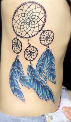 Native Americans kept good dreams and spirits through dreamcatchers. A tattoo with this design can give you the best protection wherever you go. Flower Tattoo Back, Back Tattoo, Flower Tattoos, Atrapasueños Tattoo, Tattoo Now, Foot Tattoos, Life Tattoos, Tatoos, Side Leg Tattoo