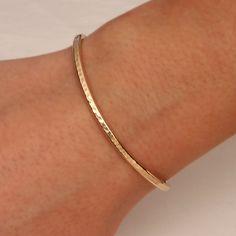 Manschette Armband gehämmert gelb Gold gefüllt von DavidSmallcombe