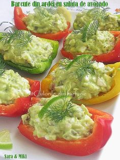 Barcute din ardei cu salata de avocado ~ Culorile din farfurie Healthy Party Snacks, Healthy Dinner Recipes, Appetizer Recipes, Diet Recipes, Cooking Recipes, Cold Vegetable Salads, Vegetable Recipes, Avocado Salad Recipes, Romanian Food