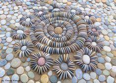Mosaic Rocks, Mosaic Stepping Stones, Pebble Mosaic, Pebble Art, Pebble Stone, Stone Art, Garden Tiles, Concrete Garden, Stone Garden Paths