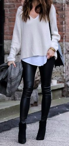 Moda casual outfits street fashion leather leggings for fall casual style addict Outfits Leggins, Leather Leggings Outfit, Outfits With Leather Leggings, Casual Leggings Outfit, Casual Pants, Black Leggings Fashion, Black Booties Outfit, White Sweater Outfit, Dress Leggings