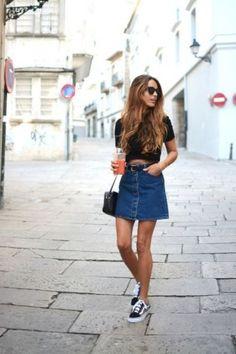 Jeansrock kombinieren: bequem und cool mit Shirt und Turnschuhen