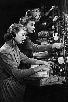vintage everyday: Vintage Photos Show the History of Telephone Switchboard Operators in the Past