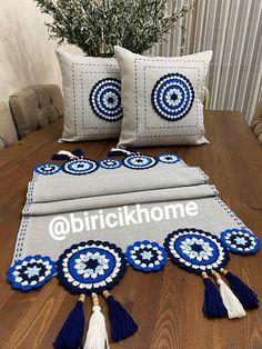 Crochet Hooks, Crochet Baby, Crochet Table Runner, Crochet Cushions, Crochet Crafts, Knitting Needles, Pedi, Cushion Covers, Artisan
