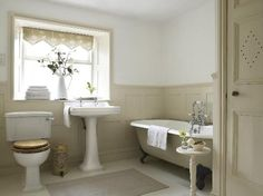 Alstonefield, UK: Panelled bathroom with roll-top bath