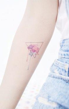 Het is het een heuse trend geworden om kleine, subtiele tatoeages te hebben. Wat populairder lijkt te worden, zijn kleurrijke tattoo's. FEMFEM