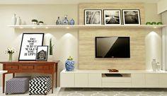 Sala de TV com painel de madeira e quadros escandinavos.