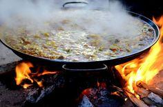 http://elpachinko.com/escapadas-por-espana/dia-de-las-paellas-benicassim-castellon/  En invierno Benicàssim celebra su propio FIB, una fiesta popular en la que todo el pueblo sale a la calle y se cocinan más de 1.000 paellas.  El Día de las Paellas reúne a más de 20.000 personas que llenan la localidad de un ambiente extraordinario y muy hospitalario. ¿te gustaría unirte a la fiesta? ¿Y probar un poquito de paella?