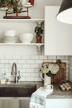 Summer Shelves – Ingrid's Design Blog Open Plan Kitchen, Country Kitchen, Open Shelving, Shelves, Industrial Style Kitchen, Organic Living, French Country Cottage, Shaker Style, Small Plates