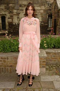 Rosa? Ja, rosa! Alexa Chung trägt ein Blumen-Mädchenkleid von Gucci. Und durch ihre Attitude und die coolen Schuhe funktioniert das auch.