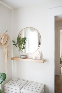 Create a functional entryway with minimal space: summer edition - Eingang Small Entrance, Entrance Decor, Small Entryway Decor, Modern Entryway, Minimal Bedroom, Entry Tables, Foyer Decorating, Entryway Furniture, Piece A Vivre