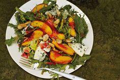 Salat mit Nektarinen und Blauschimmelkäse an Pflaumenvinaigrette