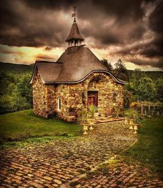 What a cute stone cottage! Who says a house has to be huge to be beautiful. I think part of me will always dream of getting away from it all and living in a little place like this. :)