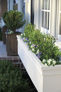22 DIY Curb Appeal Ideas That Are Dirt Cheap (But Look Pricey) - - Because giving your home's exterior a mini makeover doesn't have to cost an arm and a leg. Diy Flower Boxes, Window Box Flowers, Diy Flowers, Flower Baskets, Small Flowers, Pintura Exterior, Diy Terrasse, Window Planter Boxes, Window Box Diy