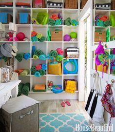 Dans la salle d'essayage d'un pool house, casiers sont pleins de serviettes vives.