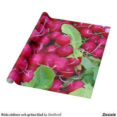 Röda rädisor och gröna blad