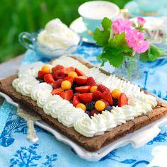 """Baka en stor kladdkaka i långpanna. Den räcker till två """"tårtbottnar"""", och det blir både enkelt och roligt att garnera!"""
