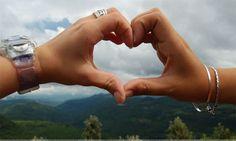 احلى صور يد شخصين على شكل قلب حب