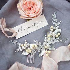 """Custom order #headpiece for the """"lemon wedding"""" More #hairaccessories at my #Etsystore , link in bio!Веточка с бледно-лимонными акцентами, натуральным жемчугом и покрытыми платиной листьями, выполнена на заказ ✨ #haircomb #hairpiece #weddingvine #weddinghair #bridalhair #bridalaccessories #bridaljewelry #невеста2018 #свадьба2018 #яневеста #украшениядляневесты"""