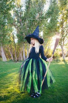 halloween disfraz Disfraz de bruja: 9 ideas para un disfraz casero Ideas para hacer un disfraz de bruja caseros para Halloween. Disfraces fciles para Halloween, disfraz de bruja, 9 ideas para un disfraz casero. Little Girl Witch Costume, Toddler Witch Costumes, Witch Tutu Costume, Wicked Witch Costume, Costume D'halloween Fille, Witch Dress, Kids Costumes Girls, Halloween Costumes For Girls, Girl Costumes