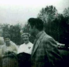Rare picture of Elvis with  fans in march 1957.