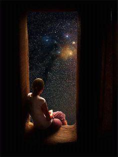femme-assise-porte-regarde-ciel-etoile-nuit