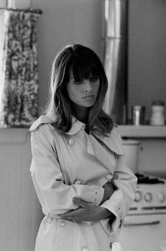 Famed British actress Julie Christie finds comfort in her classic trench while filming Petulia in 1967 © 1978 Bob Willoughby Julie Christie, Classic Beauty, Timeless Beauty, 1960s Fashion, Vintage Fashion, Divas, Katharine Ross, Beauté Blonde, Jean Marie