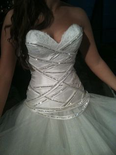 Robe de mariée faite sur mesure par le créateur Frédéric ALZRA. La robe est de sa collection 2011