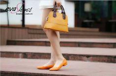 Giày búp bê cũng là một trong số những kiểu đôi giày mà Á hậu Huyền My yêu thích và đặc biệt là giày búp bê hàng hiệu Evashoes. Bởi thiết kế của chúng khá dễ thương giống như tên gọi vốn có, đồng thời kiểu dáng cũng rấtthờithượng cùng nhiều màu sắc tươi trẻ