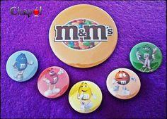 Incluso con este calor, los M&M's se derriten en tu boca, no en tu mano! Os gustan más los M&M's rellenos de chocolate o los de cacahuete? #Chapó #chapaspersonalizadas #mandms